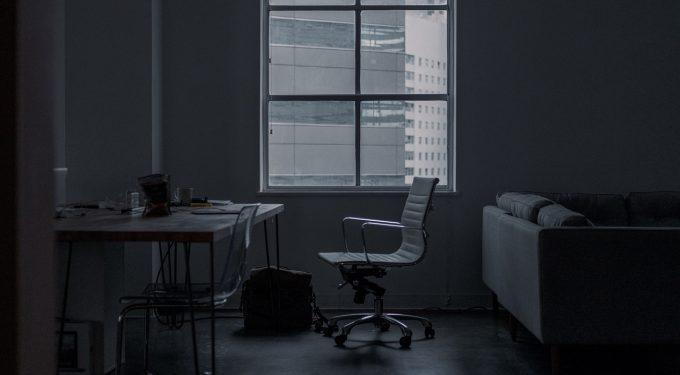 Optymalna wysokość biurka i krzesła – biuro